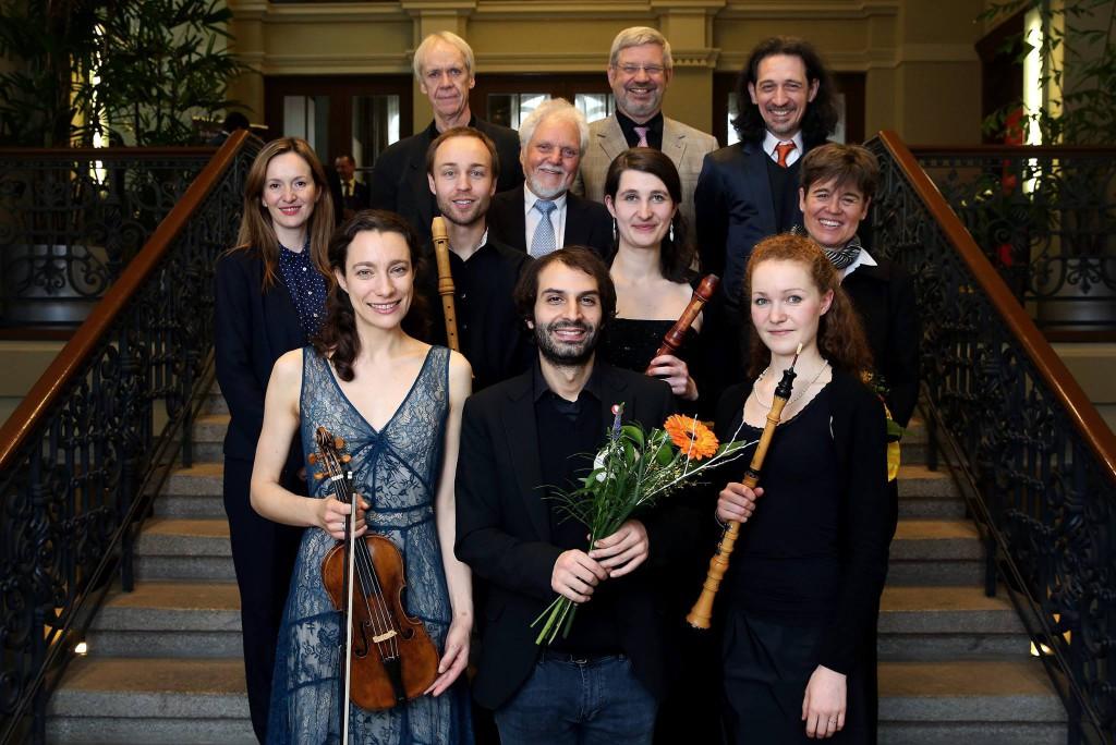 """Das """"Gipfeltreffen der Alten Musik"""" (Siegfried Pank) ist mit einem beglückenden Abschlusskonzert zu Ende gegangen. Wir gratulieren herzlich allen Preisträgern! 1. R. v.l.n.r. Liv Heym, Lorenzo Gabriele, Clara Geuchen 2. R. v.l.n.r.: Rebeka Rusó (Jury), Jan van Hoecke, Siegfried Pank (Präsident der Int. Telemann-Gesellschaft), Julia Fritz, Anton Steck (Jury), Carin van Heerden (Jury) 3. R. v.l.n.r.: Jesper Bøje Christensen (Jury), Michael Schneider (Jury) Foto: Ronny Hartmann"""